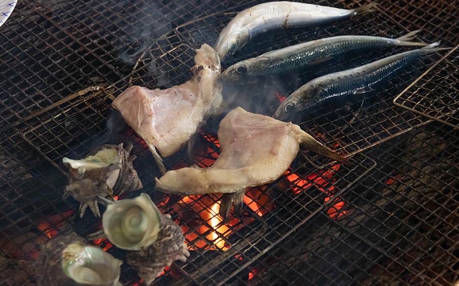 新鮮な魚を焼いて食べられます
